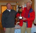 2007 <strong><strong>Hagge vinner lagtävlingen.<br /> Dan Brask (t.v.) överlämnar pokalen till Hagges LG Samuelsson</strong></strong>